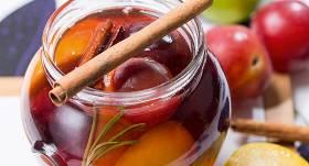 Plūmju kompots ar persikiem recepte