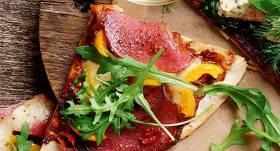 <strong>Ātrā pica</strong> ar salami un mocarellu