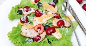 Salāti ar ķiršiem un vistas fileju