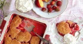 Jūnija koblers ar nektarīniem, zemenēm un biskvītu