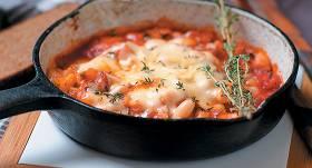 Pupiņas tomātos ar sieru recepte