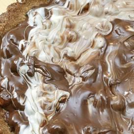 Baltās un tumšās šokolādes kūka ar lazdu riekstiem recepte