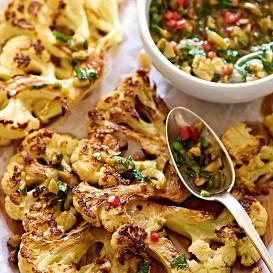 Ziedkāpostu steiki ar zaļumu un olīvu mērci