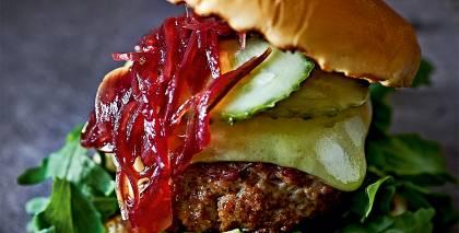 Gaļas burgers ar sīpolu džemu recepte
