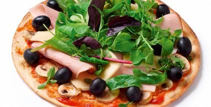 Pica ar sēnēm, šķiņķi un olīvām recepte