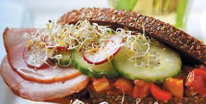 Rudzu maize ar šķiņķi un dārzeņiem recepte