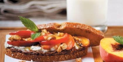 Saldskābmaize ar sēklām un augļiem recepte