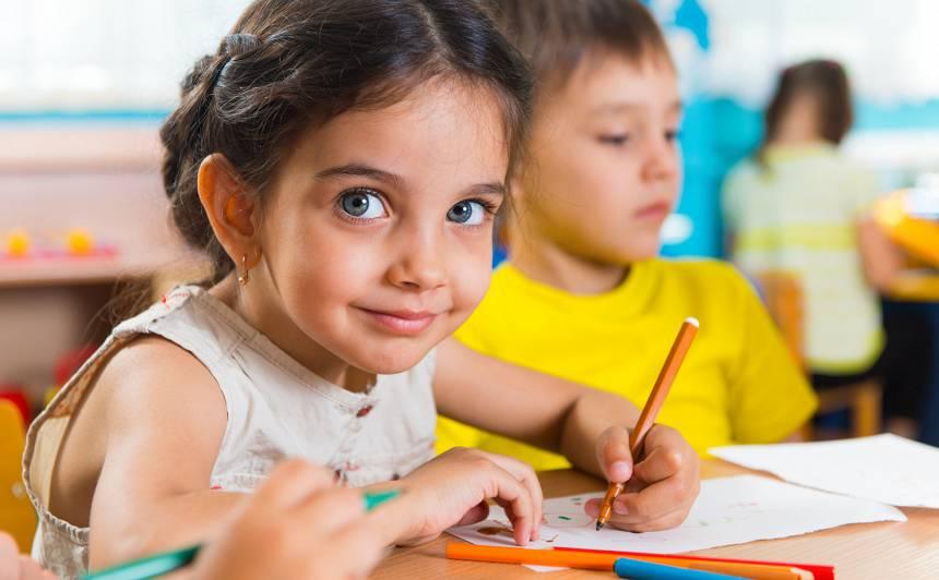 Sākot skolu, bērnam īpaši nepieciešamas <strong>uzslavas un iedrošinājums</strong>
