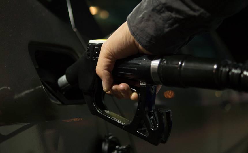 Kāpēc <strong>nedrīkst uzpildīt degvielu, </strong> ja darbojas dzinējs?