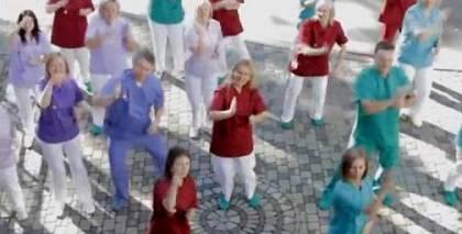 <strong>Roku mazgāšanas deja,</strong> ko dejo BKUS ārsti