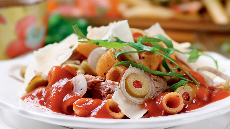 Makaronu salāti ar tunci, rukolu un tomātu mērci recepte