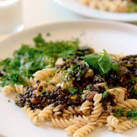 Makaroni ar <strong>spinātu, panīra un melno lēcu mērci</strong>