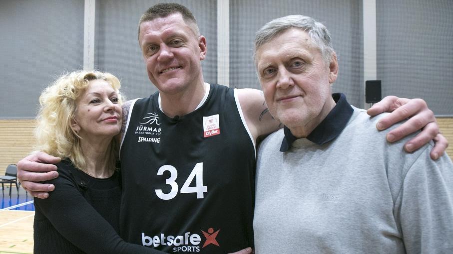Kaspars Kambala ar mammu Elitu Grāvi un tēti Guntaru Kambalu.