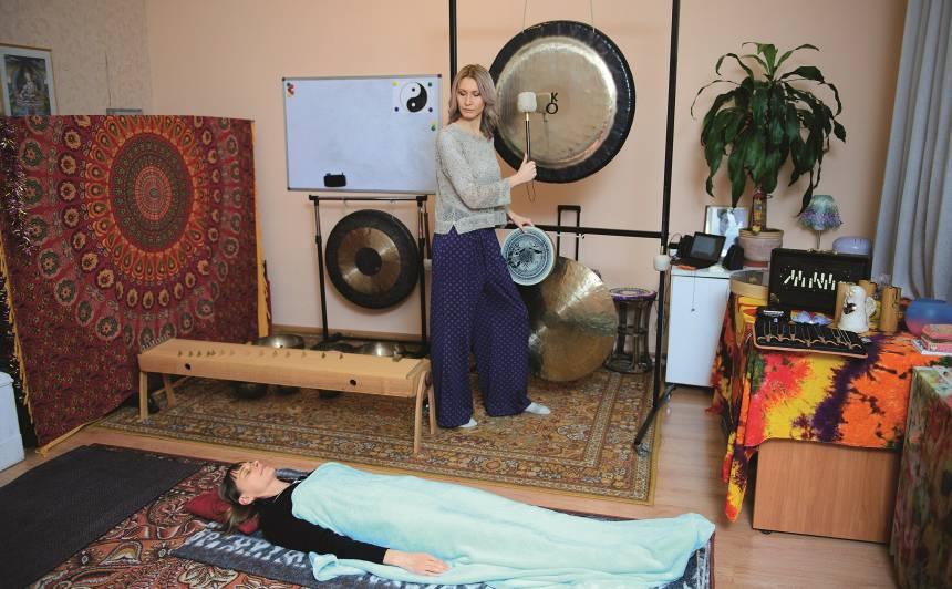 Relaksācija pēc garas darba dienas — <strong>pelde gongu vibrācijās</strong>