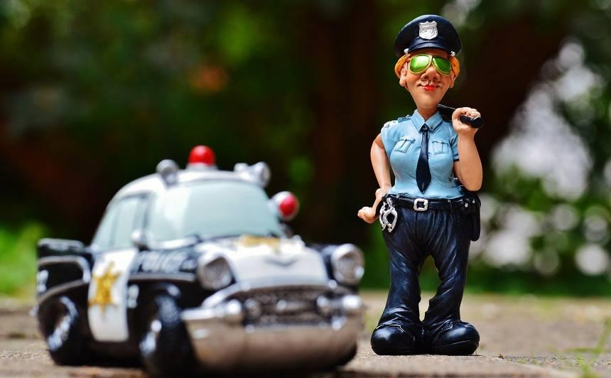 <strong>Ceļu policists</strong> aptur mašīnu… Anekdotes par auto!