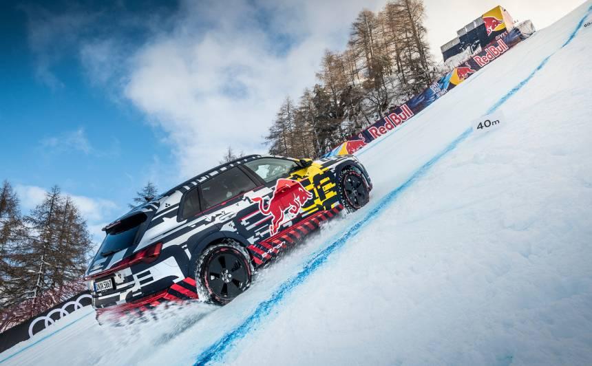 Elektriskais <em>Audi e-tron</em> uzbrauc <strong>neticami stāvā</strong> slēpošanas kalnā! (+VIDEO)