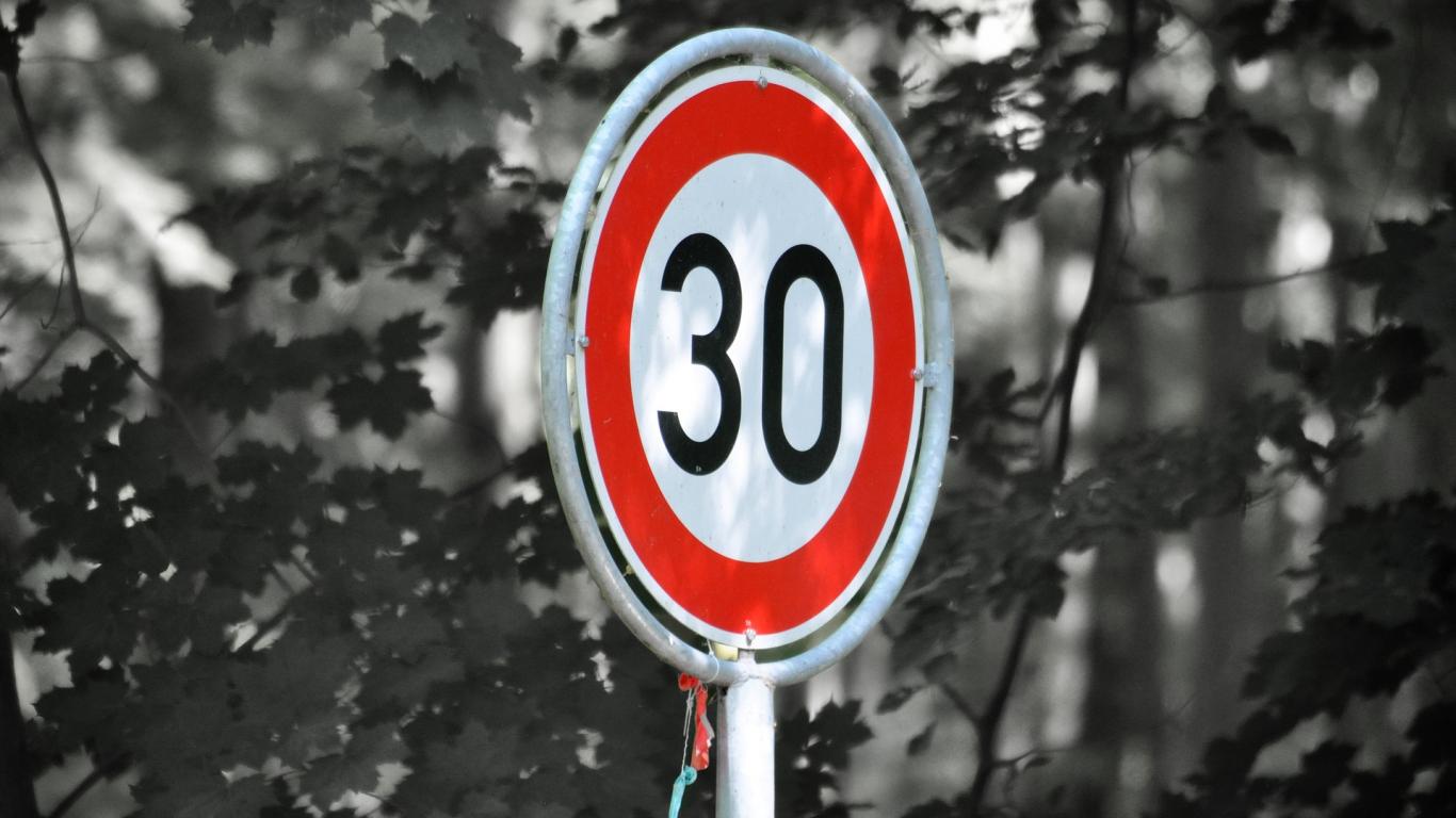 Rīgā plosās bedres — <strong>noteikts 30 km/h</strong> ierobežojums uz Zemitāna tilta