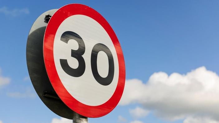 Čaka ielā jauns ātruma ierobežojums — <strong>30 km/h!</strong>