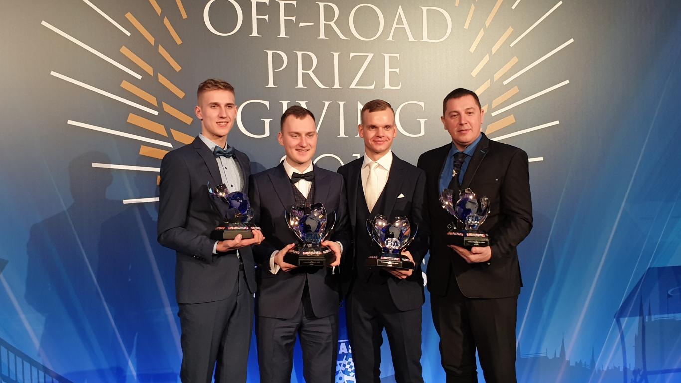Latvijas autosportisti saņem <strong>FIA uzvarētāju kausus</strong> (FOTO)<br />