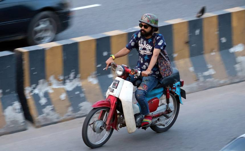 """Airport Rd, Dhaka 2018: Hippie at heart! The rider is the owner of Biskut Factory. <a href=""""https://www.facebook.com/biskutfactory/"""" rel=""""noreferrer nofollow"""">www.facebook.com/biskutfactory/</a>"""