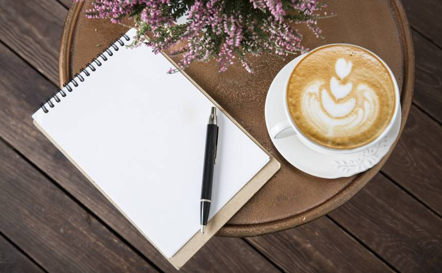 Pasaules dzejas dienā, par kafiju var <strong>maksāt ar dzejoli</strong>
