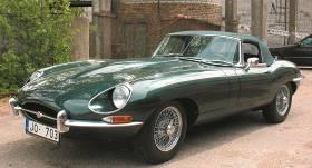 Motormuzeja retro auto — <strong>Jaguar E-type</strong> populārais sportists
