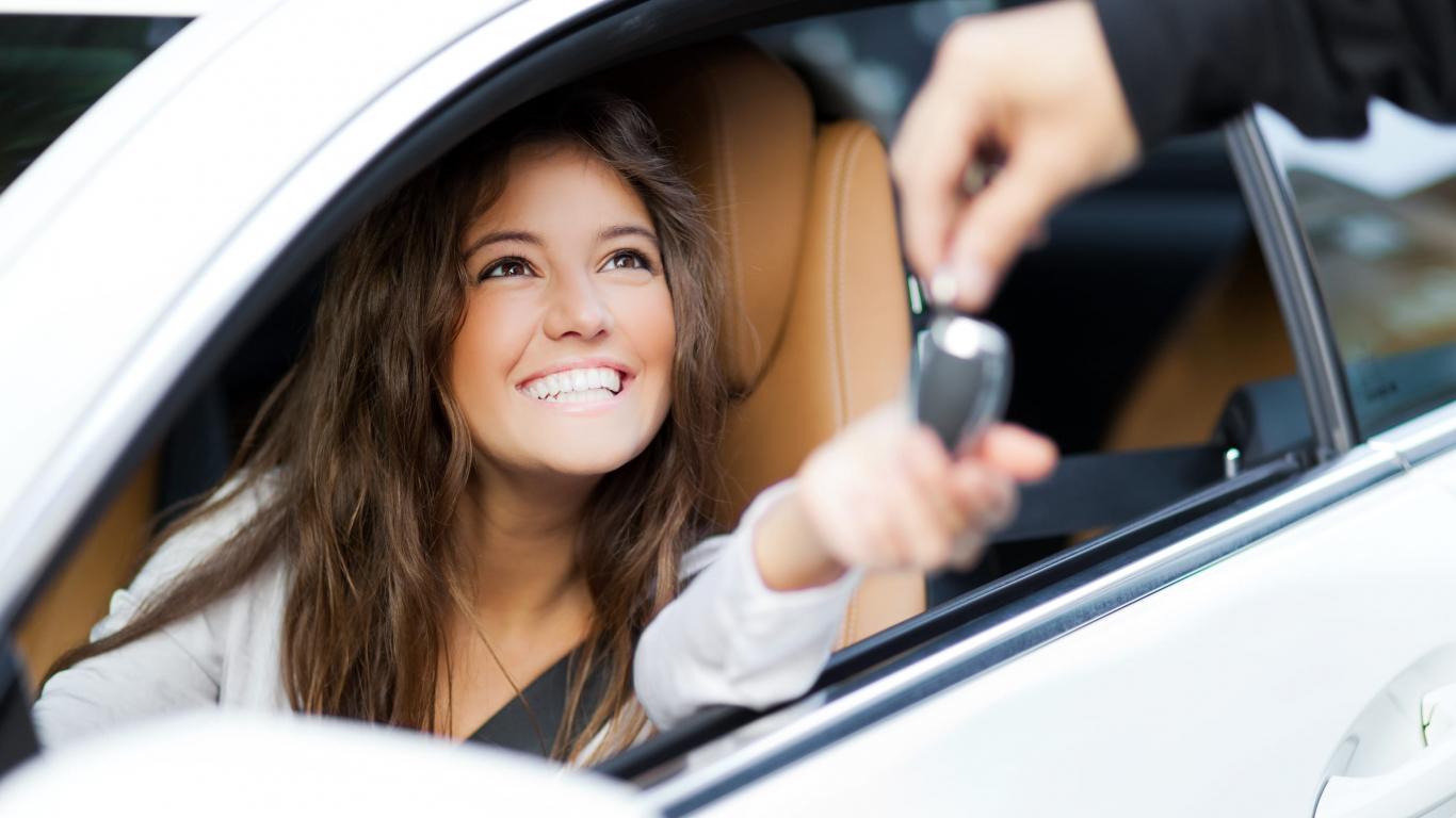 <strong>6 vērtīgi padomi sievietēm,</strong> lai auto īpašnieces prieki būtu ilgi un iztiktu bez ķibelēm