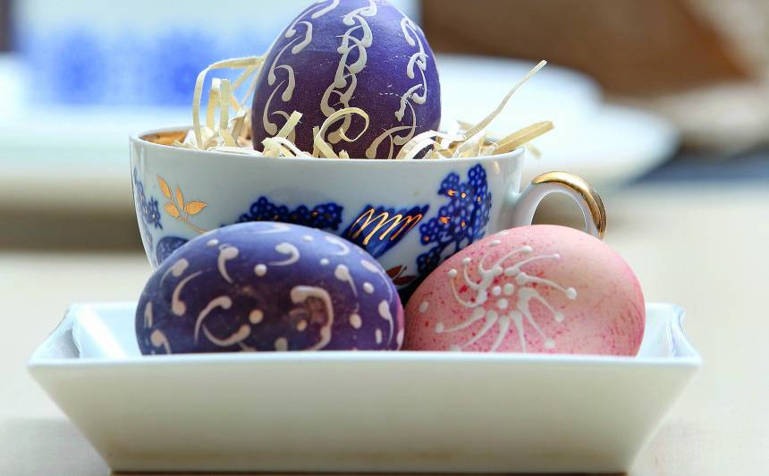Alternatīva sīpolu mizām — <strong>košas un krāsainas olas ar rakstiem</strong>
