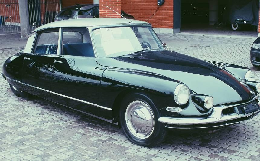 Rīgas Motormuzejs ieguvis spilgtu papildinājumu — <em>fantomasa</em> auto <strong>Citroën DS 19</strong>