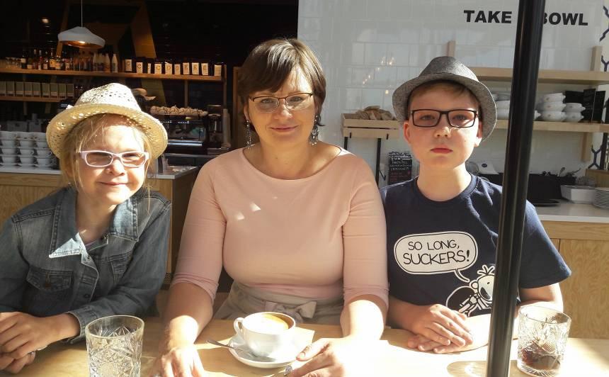 Arta Lāce ar vecākajiem bērniem - Mihaelu Mariju un Gregoru