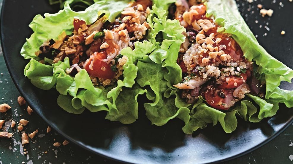 Kvinojas un vistas siltie salāti lapu trauciņos