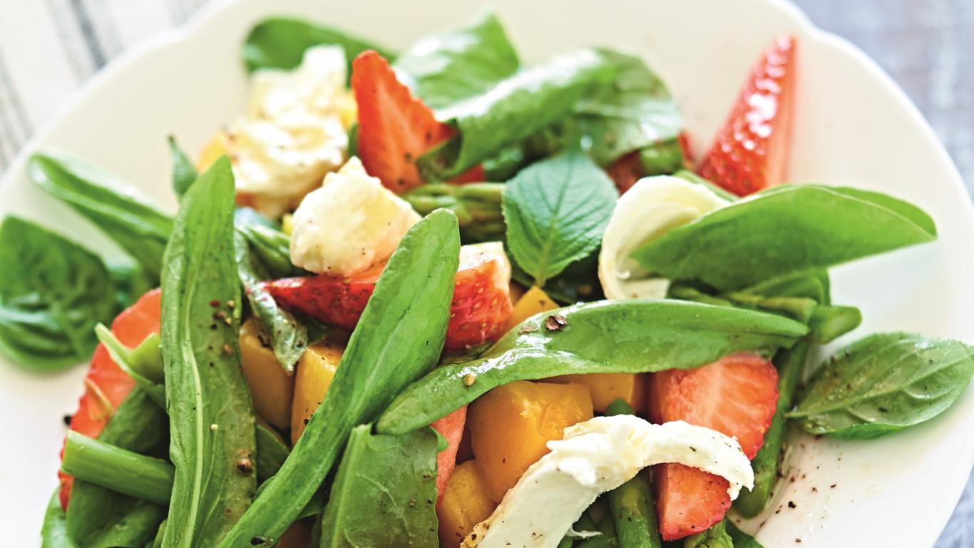 <strong>Neparastie pavasara salāti</strong> ar sparģeļiem, skābenēm, zemenēm un mango