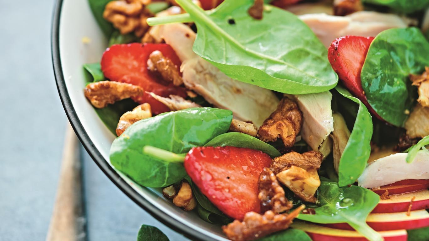 <strong>Gardie salāti ar vistu</strong> un karamelizētiem riekstiem