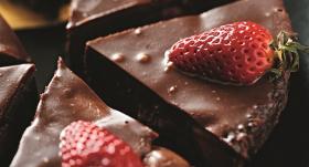 Fantastiskā šokolādes un zemeņu kūka