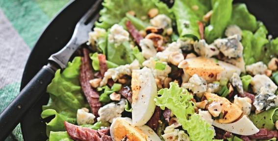 <strong>Lapu salāti</strong> ar zilo sieru, olām un riekstiem