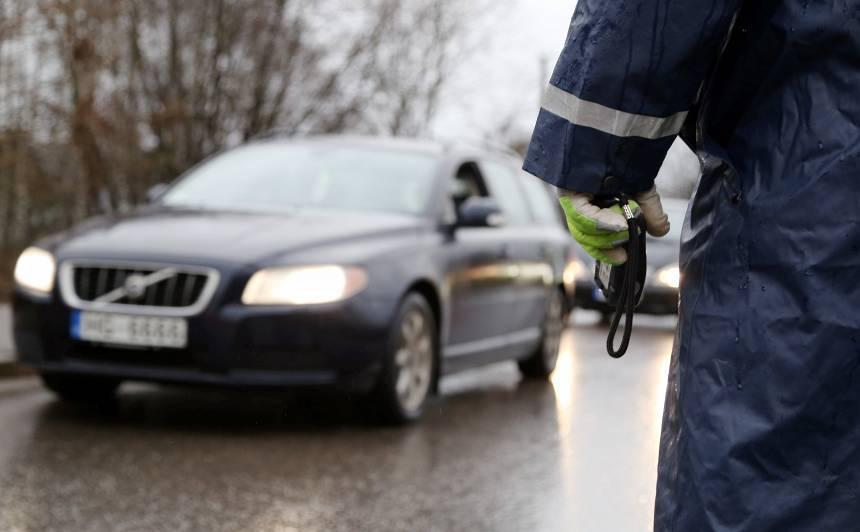 Ceļu policists izmanto <strong>nelegālu alkometru un pieprasa 600 eiro kukuli,</strong> lai nebūtu jāformē protokols