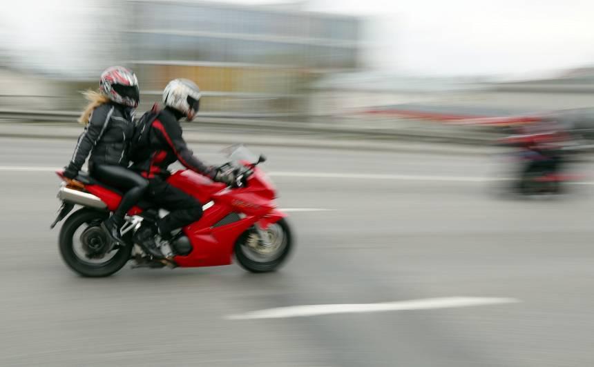Turpmāk motocikli drīkstēs <strong>braukt pa sabiedriskā transporta joslu</strong>