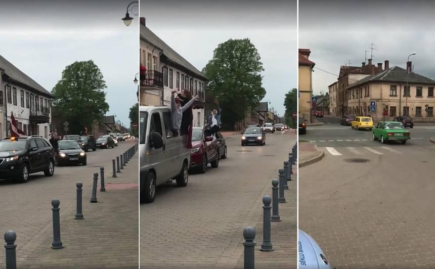 (VIDEO) Pēc Latvijas izlases uzvaras hokejā, <strong>Bauskā fani ar auto sarīko lielas svinības!</strong>