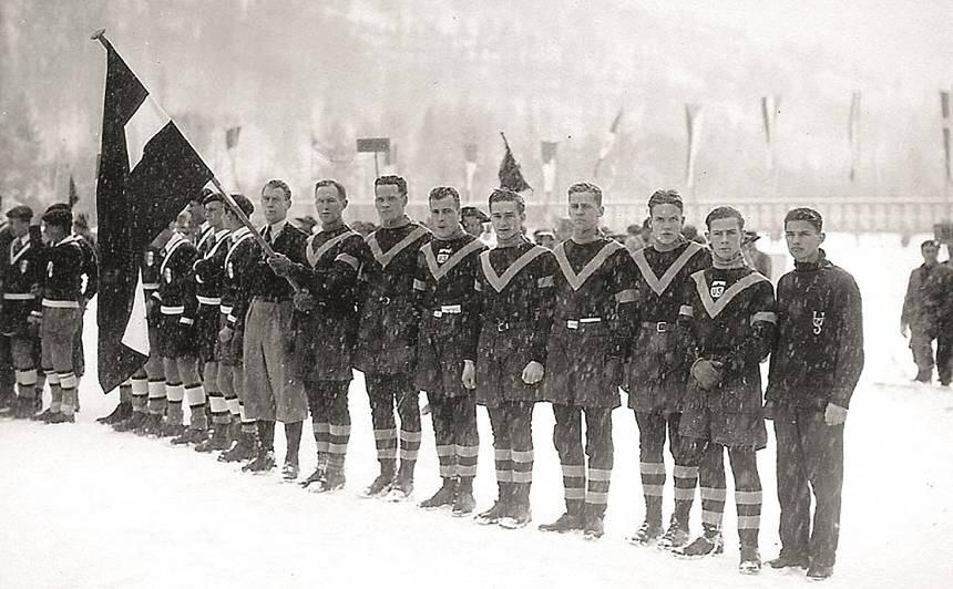 Latvijas studentu sportistu delegācija. Akadēmiskajās meistarsacīkstēs Bardonekijā 1933. gadā. Indriķis Reinbahs – ar valsts karogu rokās. Foto Valtera Re īpašumā