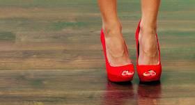 <strong>Klusētāja</strong> sarkanās augstpapēžu kurpēs