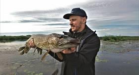 <em>Ķer un atlaid </em> — kāpēc makšķernieki arvien <strong>biežāk zivis atlaiž, nevis patur lomā?</strong>