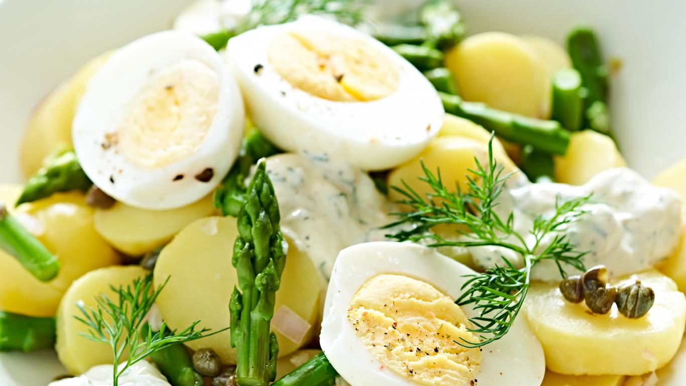 Pikantie kartupeļu un sparģeļu salāti