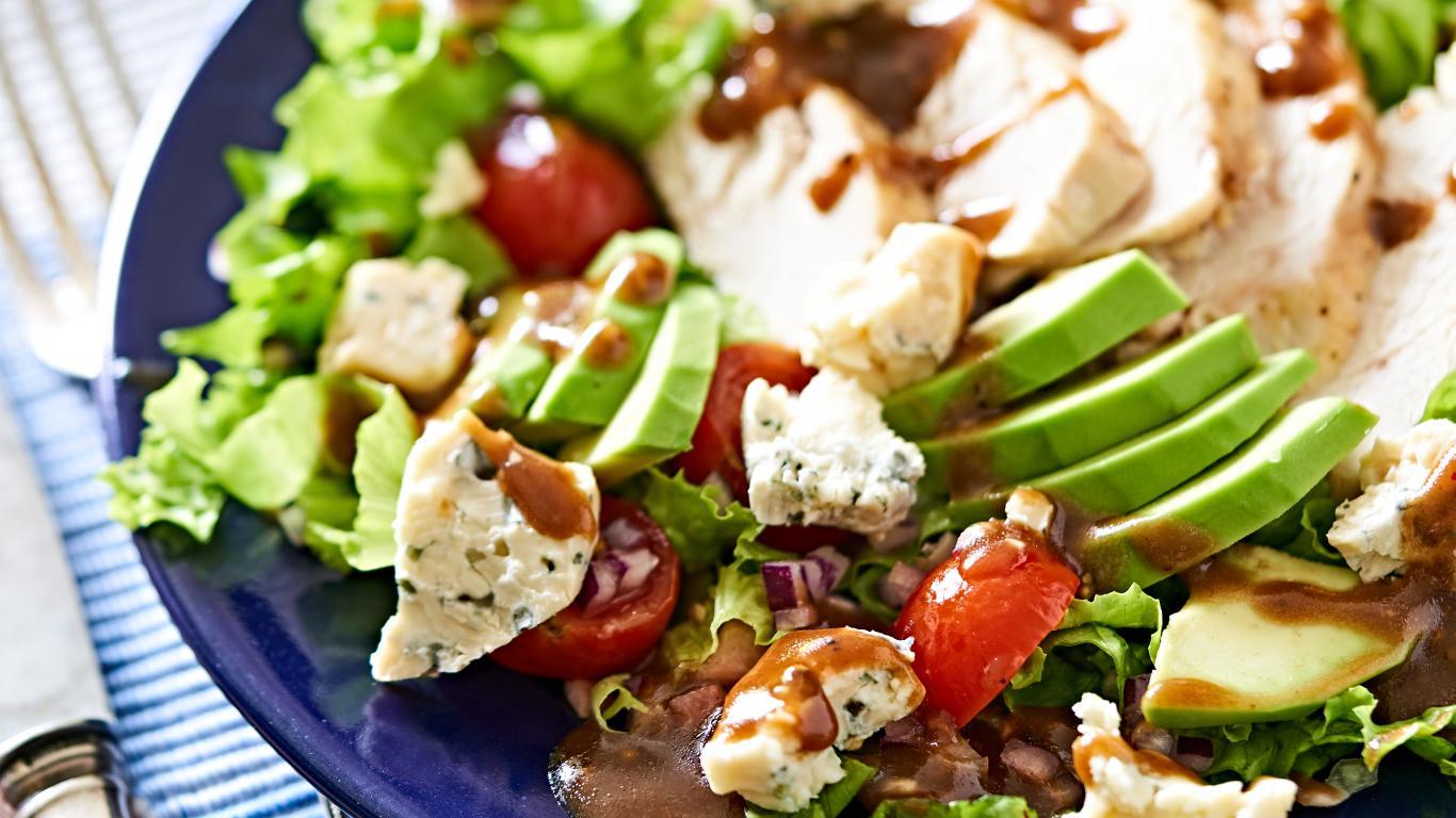 Siltie salāti ar <strong>vistu, avokado un zilo sieru</strong>