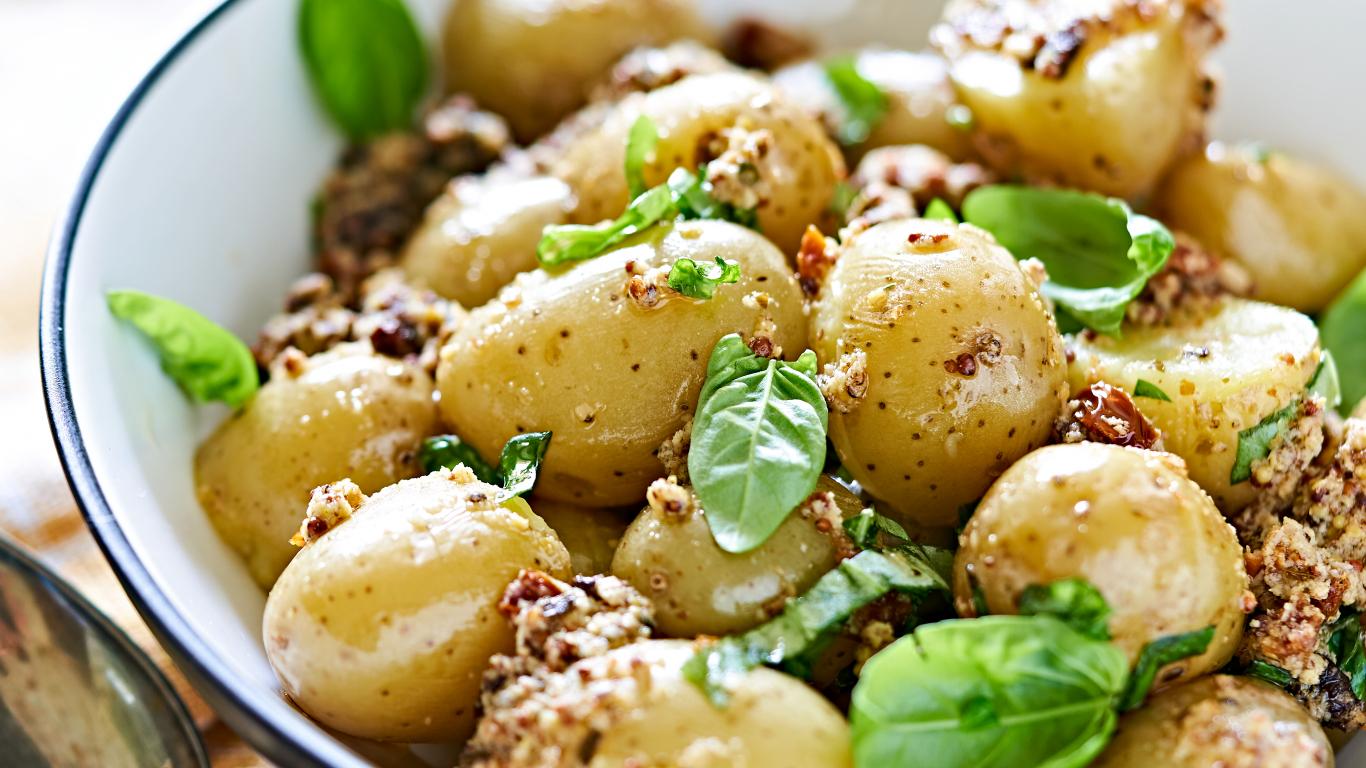 <strong>Gardie kartupeļu salāti</strong> ar baziliku