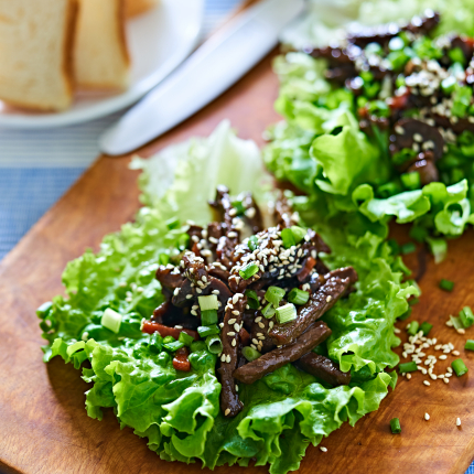 Pikantās salātu bļodiņas <strong>ar liellopa karbonādi</strong>
