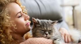 Kāpēc kaķi <strong>priekšroku</strong> dod sievietēm