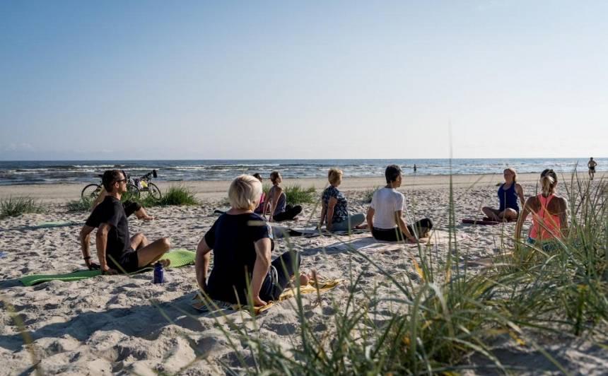 <strong>Jūrmala aicina</strong> uz bezmaksas sporta nodarbībām jūras krastā
