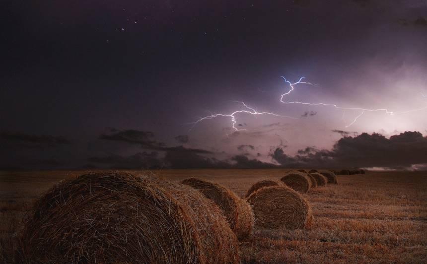 Piektdien pērkona negaiss visvairāk iespējams Latgalē — <strong>iedzīvotājus aicina uzmanīties</strong>