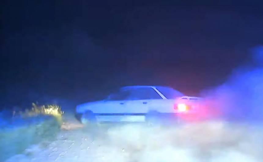 VIDEO: Dzēris <em>Audi 80</em> vadītājs <strong>bēg no policijas,</strong> taranē likumsargu auto un avarē