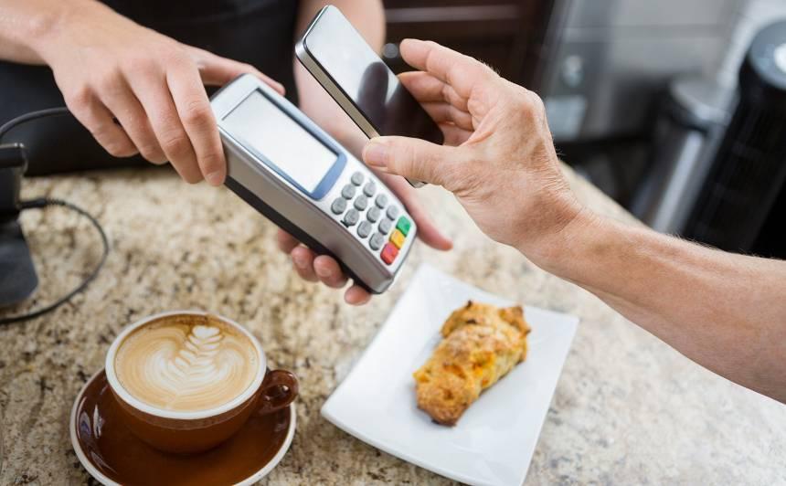Jau šovasar vismaz 300000 Latvijas iedzīvotāju maksājumu kartes vietā varēs izmantot viedtālruni